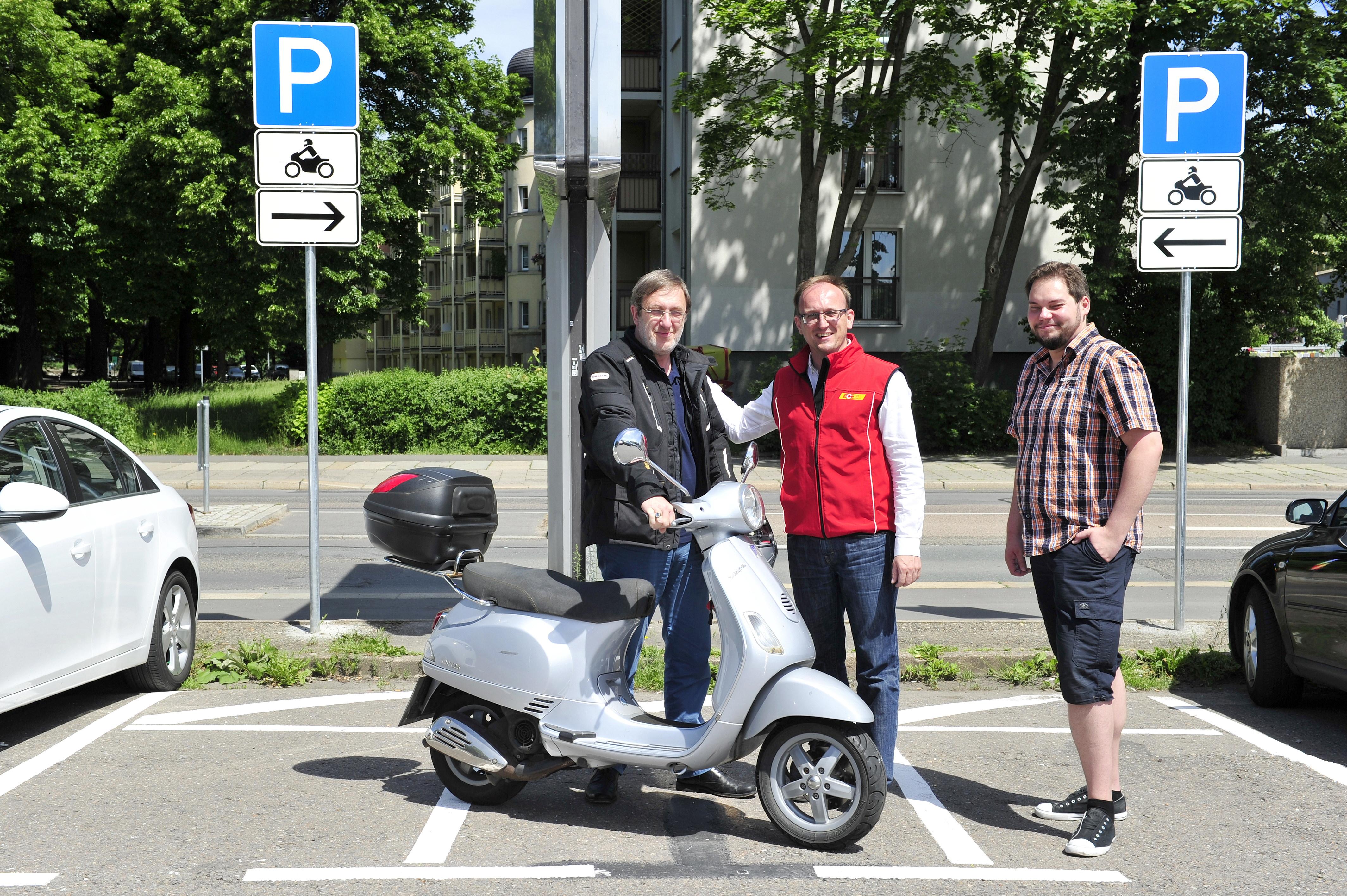 Chemnitz: Auf dem Parkplatz an der Hartmannstrasse wurden 3 Parkplätze für Motorräder eingerichtet. Readakteur Bernd Rippert, Stadtrat Toni Rotter und Stadtrat Jörg Vieweg Foto: Sven Gleisberg