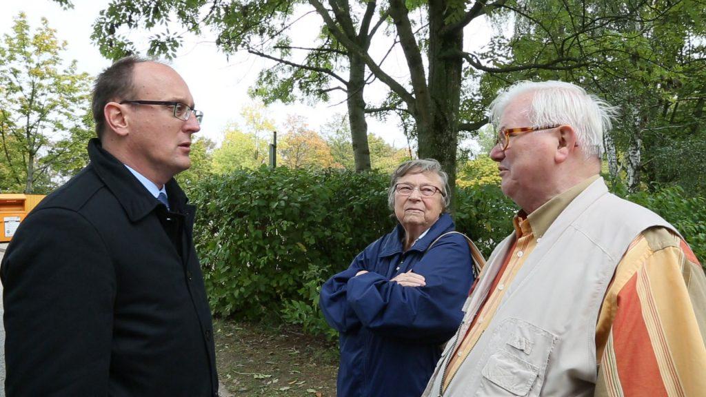 Jörg Vieweg im Gespräch mit Betroffenen Foto:Haertelpress