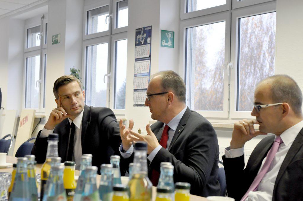 Jörg Vieweg beim Gespräch mit der Geschäftsführung der LINDNER GmbH; links Martin Dulig; rechts: Sören Uhle